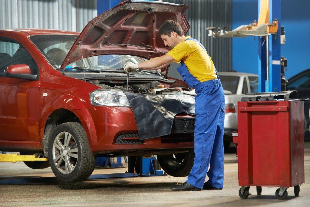 Mechanic repair car in an auto repair shop